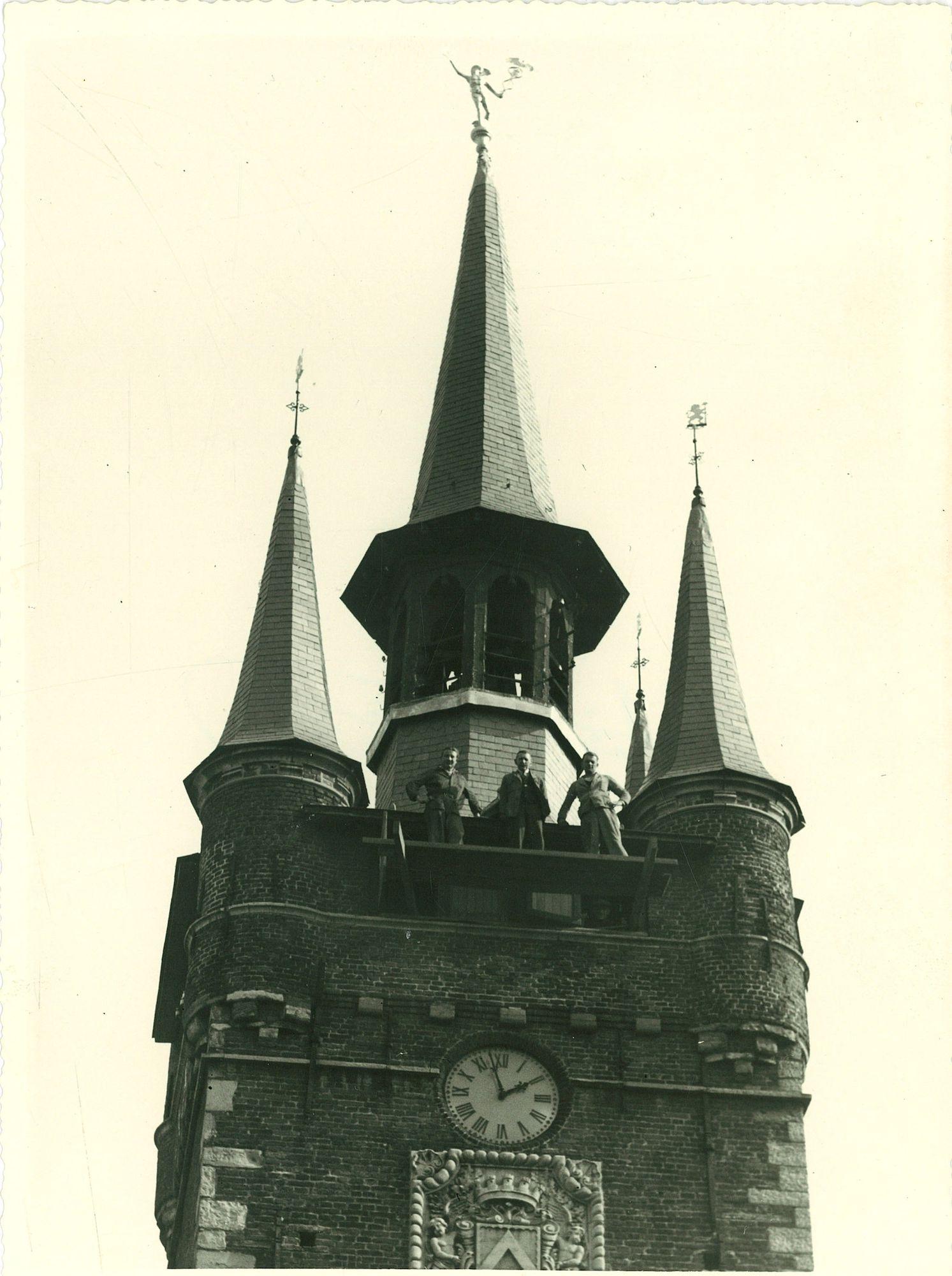 Halletoren montage van de nieuwe klokkenluiders Manten en Kalle 1961