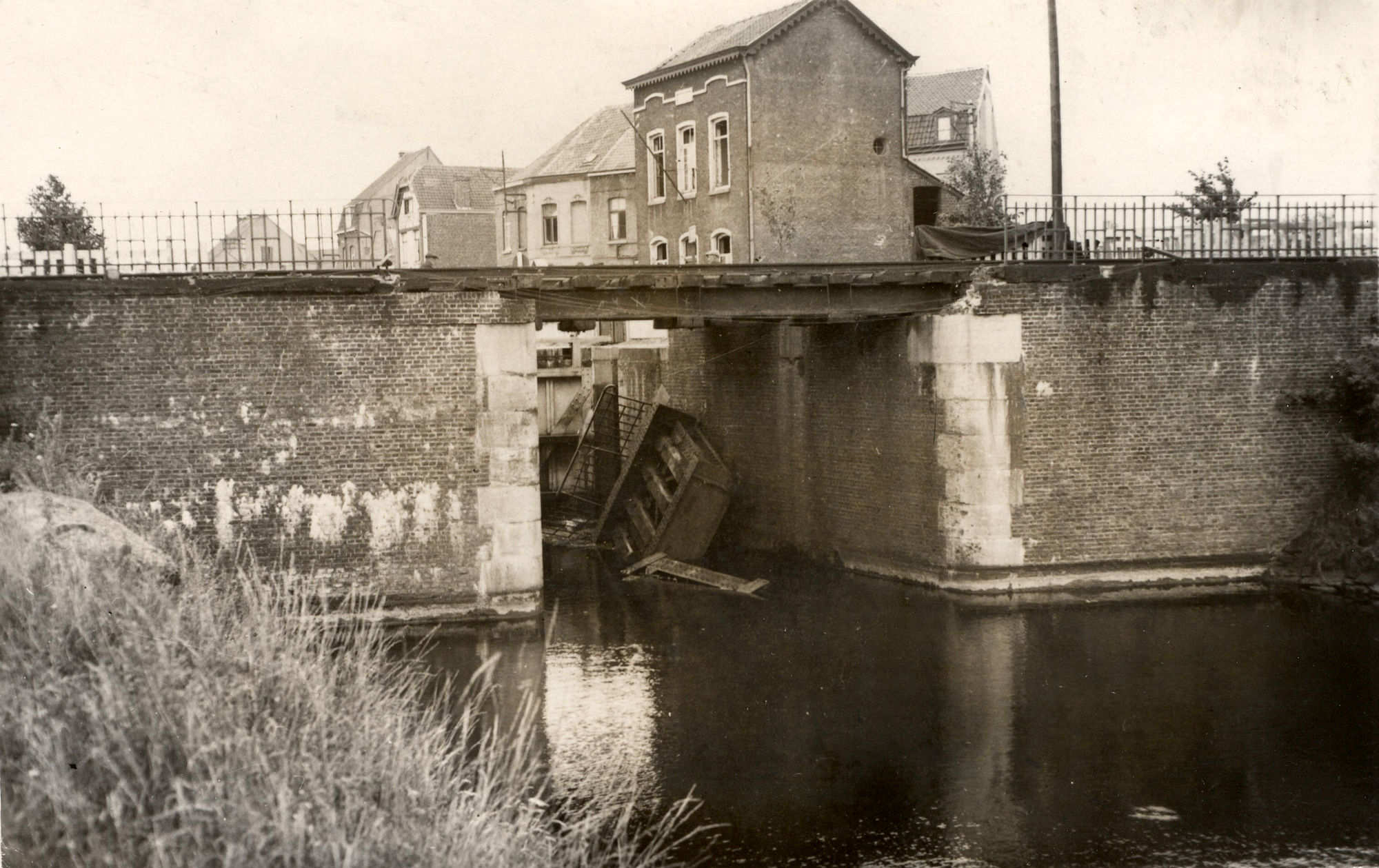 Spoorwegbrug aan het sluis Nr. 9 over het kanaal Bossuit-Kortrijk aan de Visserskaai 1940