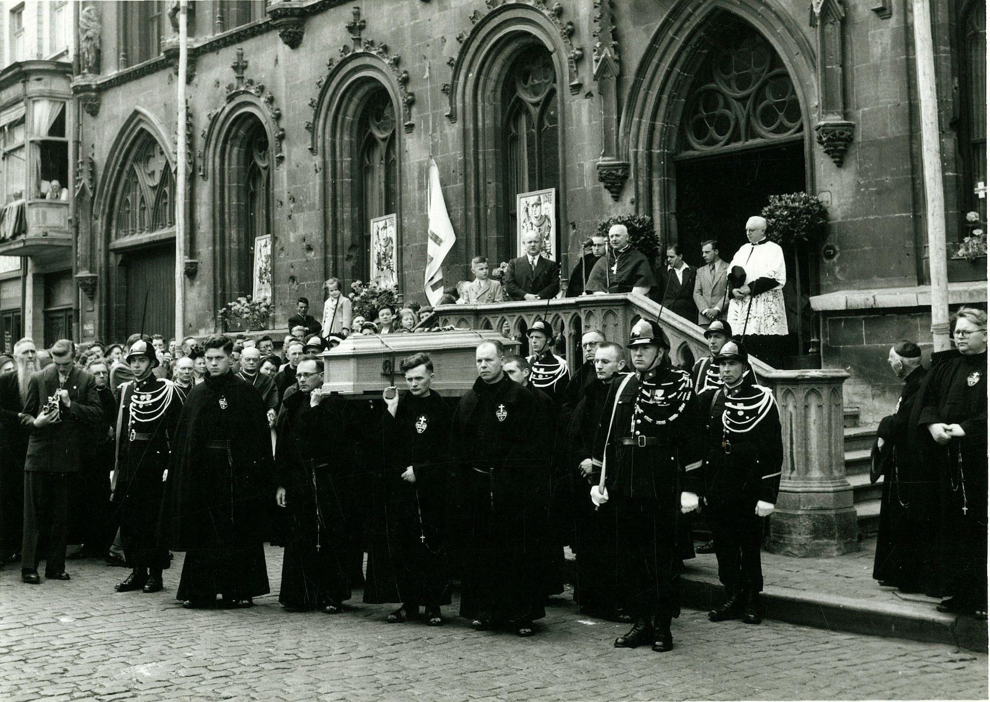 Huldiging van Broeder Isidoor aan het Stadhuis 1952