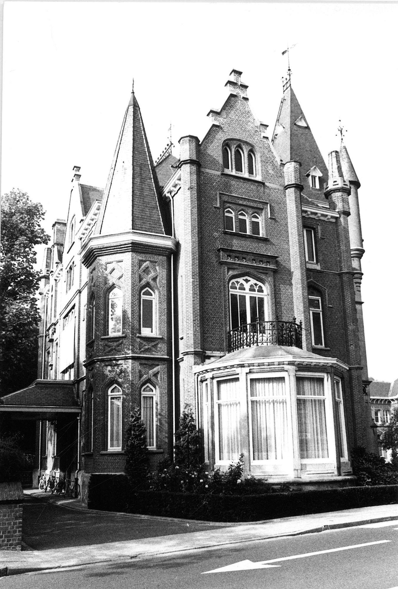 """""""Kasteel van Heule"""" of Gemeentehuis"""