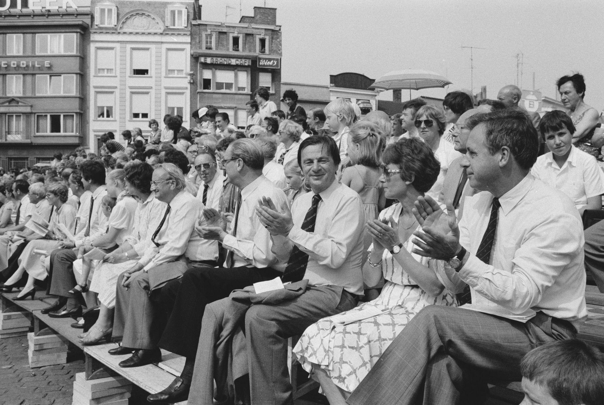 Toeschouwers bij de historische stoet tijdens de 11 juliviering 1982
