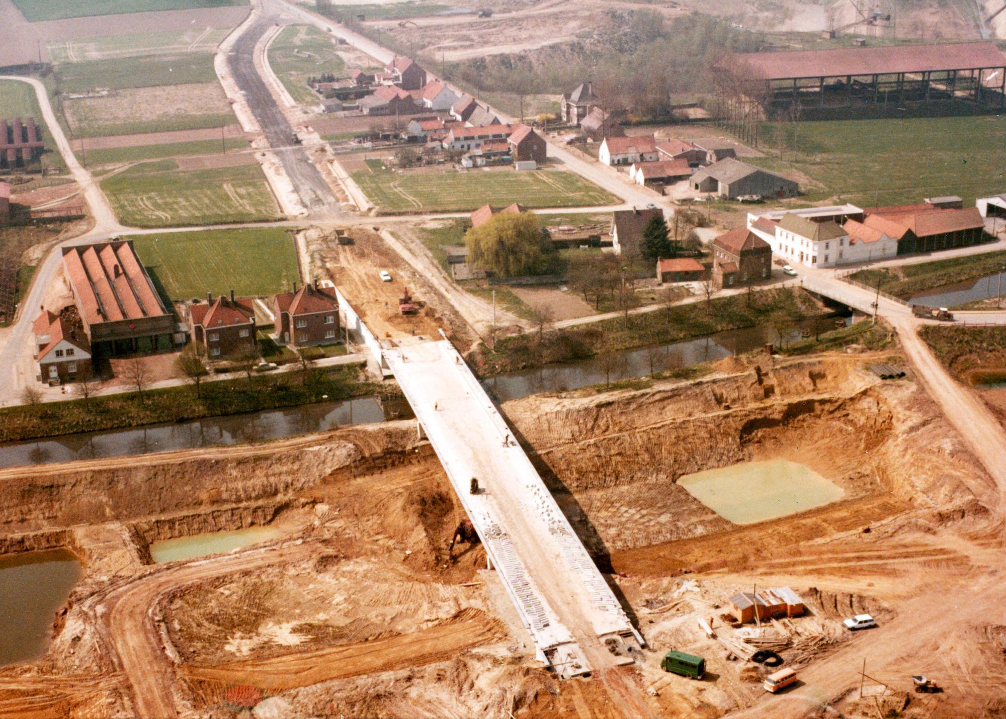 Bouw van de nieuwe brug over het kanaal Bossuit-Kortrijk te Moen mei 1979