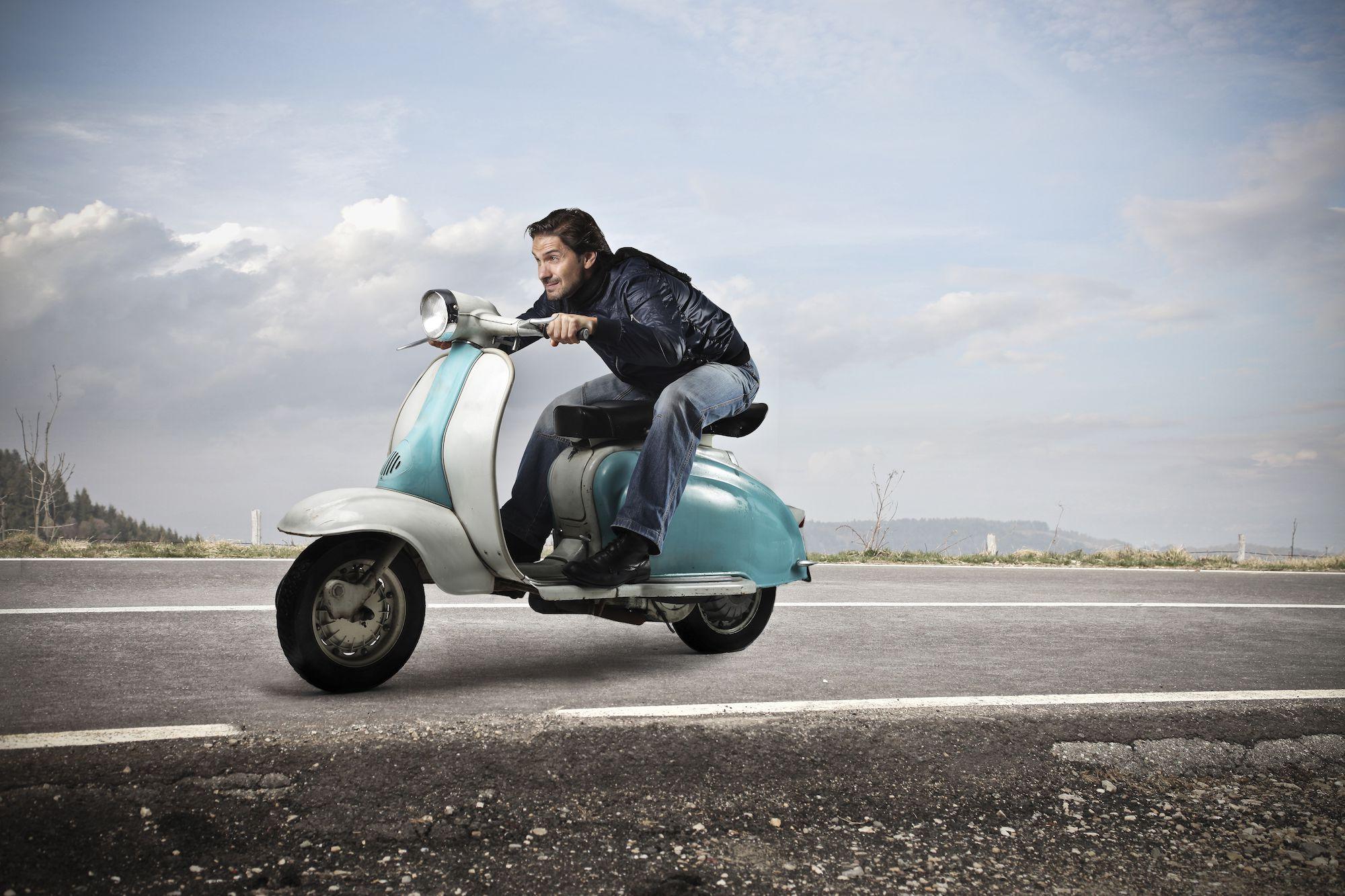 Man op scooter