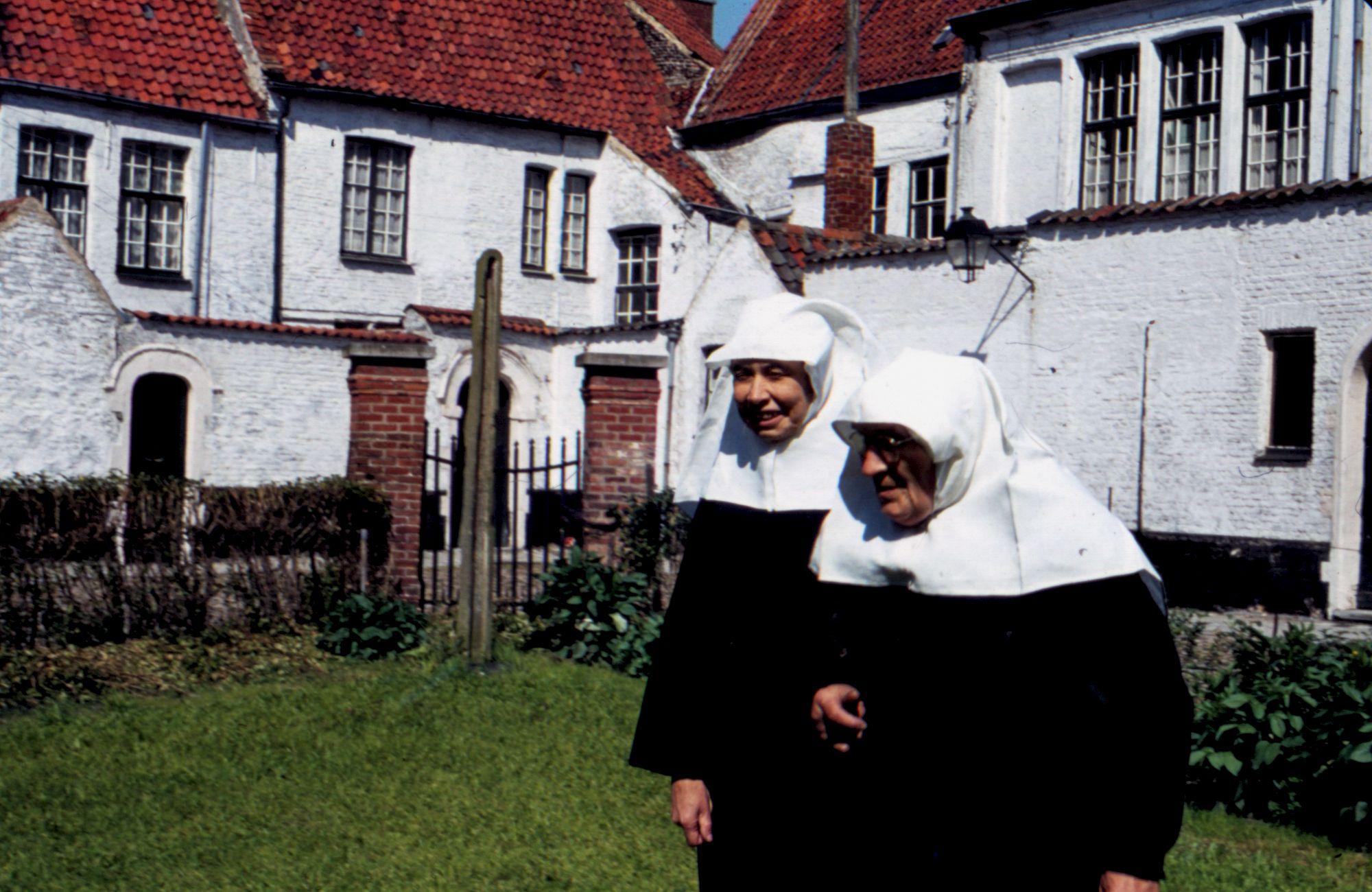 Marcella Pattyn en Laura Deconinck in de tuin van het begijnhof