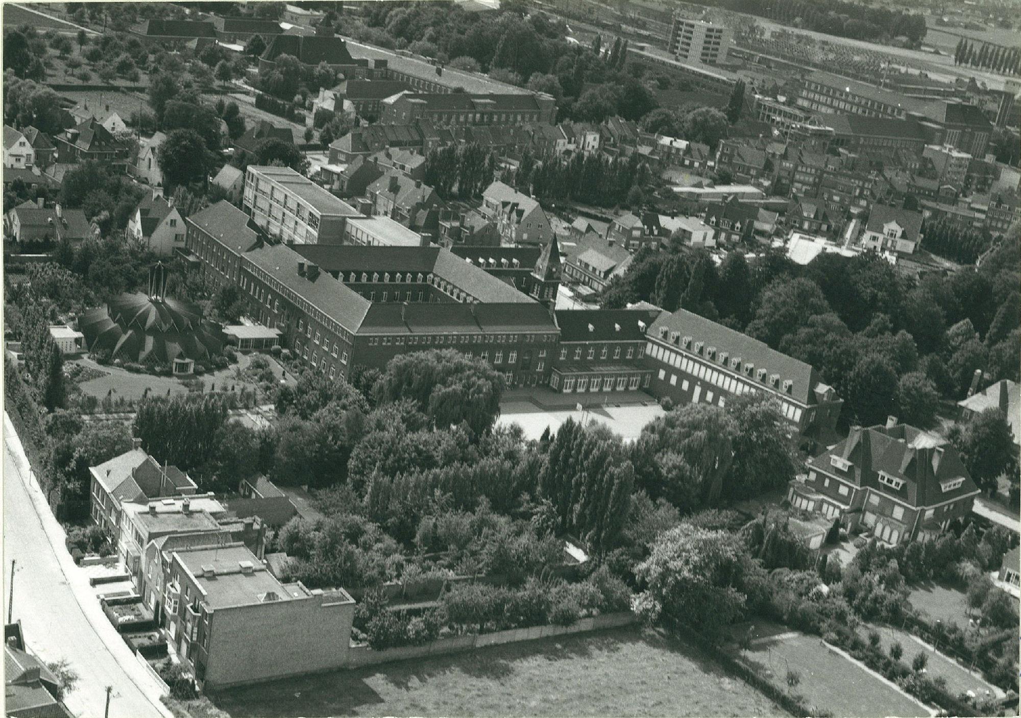 Luchtfoto van de school Onze-Lieve-Vrouw Van Vlaanderen in 1968
