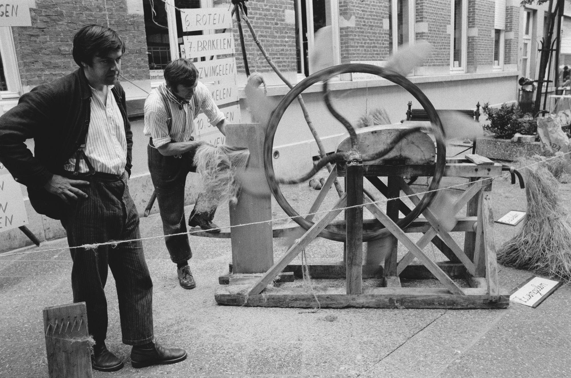 Demonstratie vlaszwingelen op de Sinksenfeesten 1981
