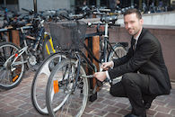 Zakenman bij fiets