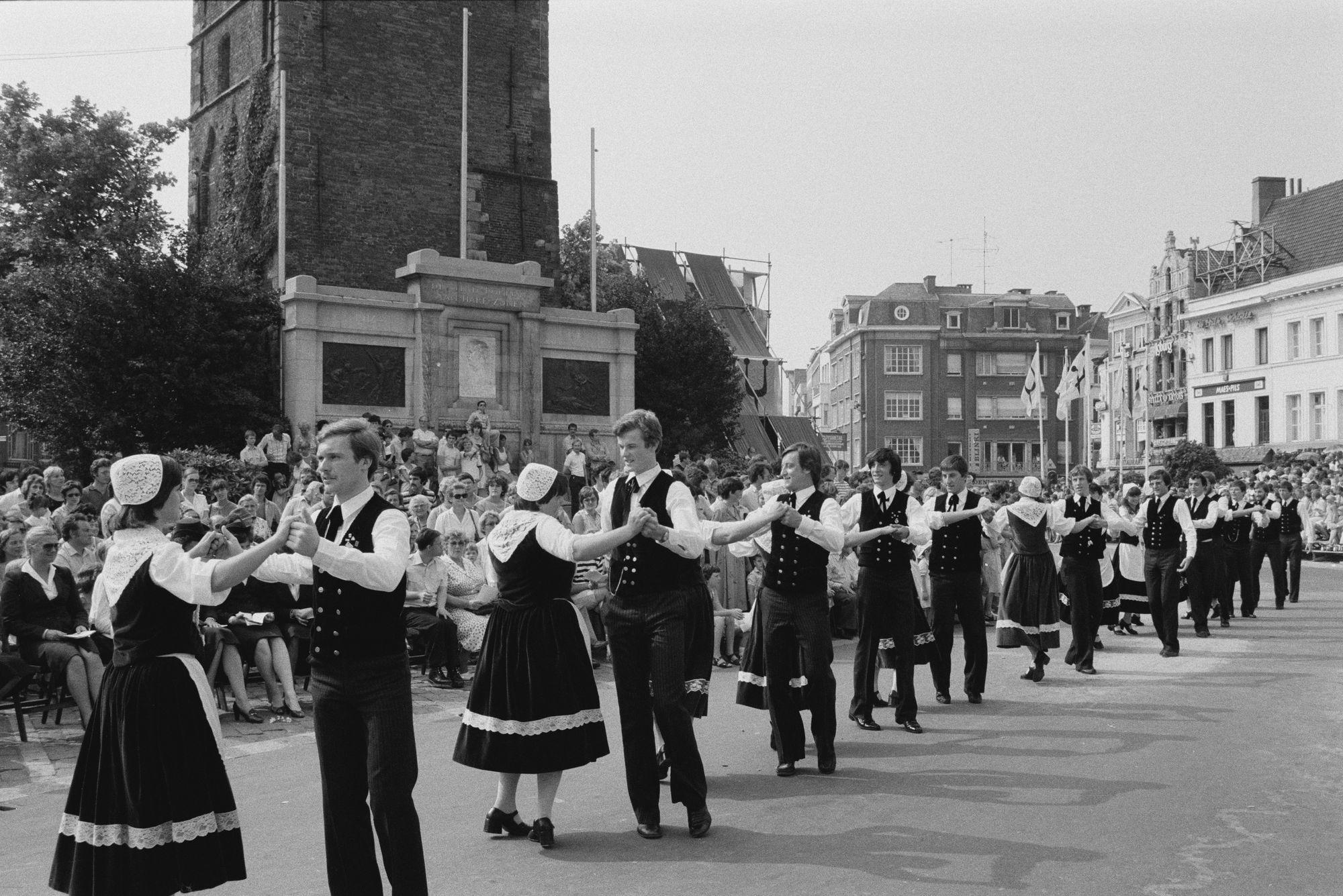 Volksdans in de historische stoet tijdens de 11 juliviering 1982