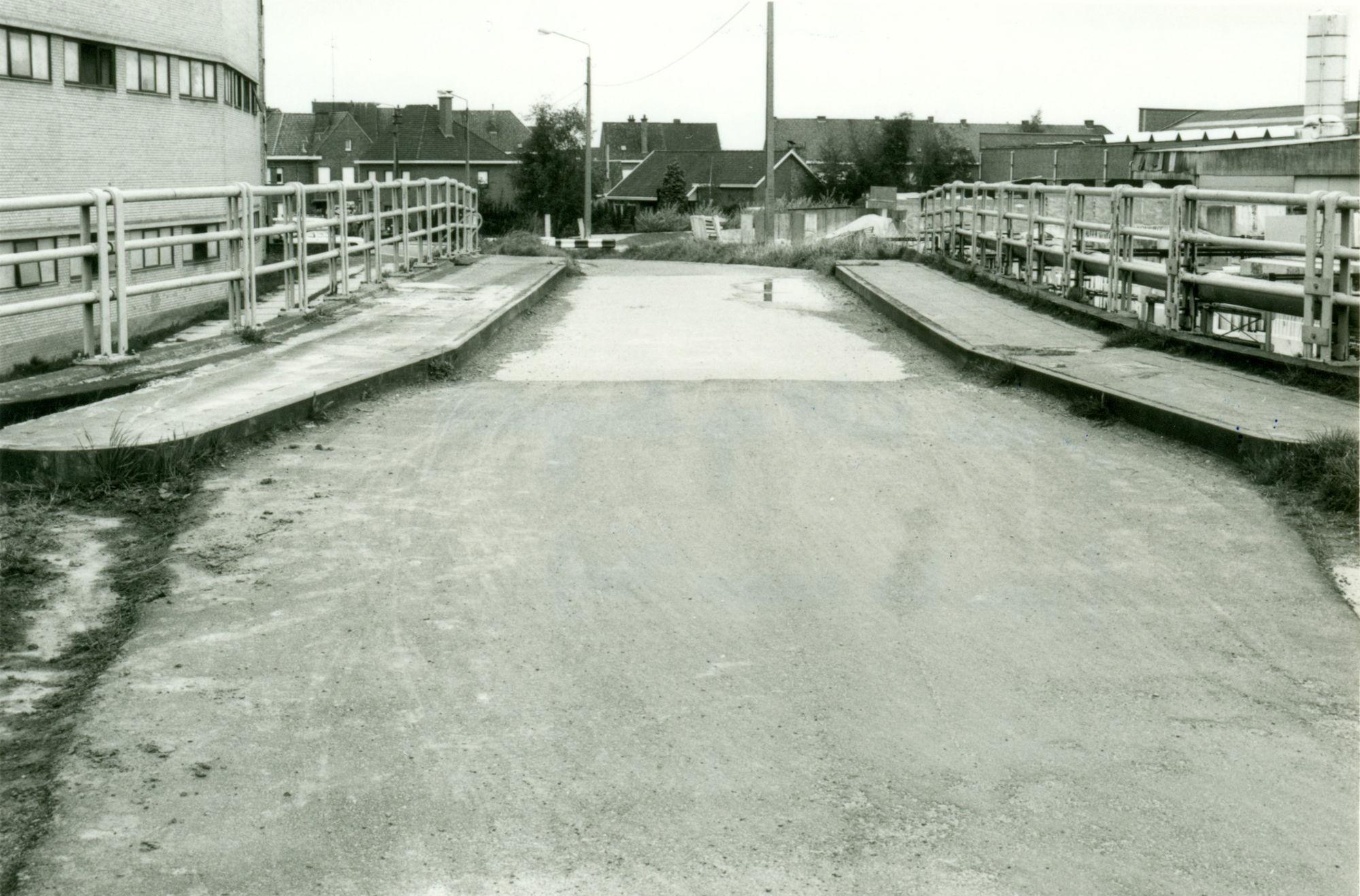Verbredingswerken van het Kanaal Bossuit-Kortrijk aan de Visserskaai 1981