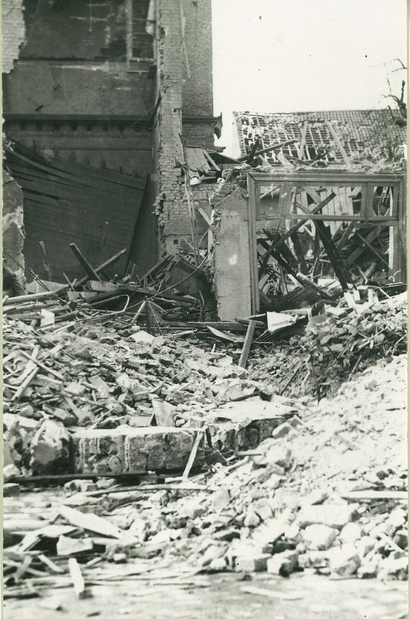 De puinen van de Sint-Jozefkerk van de paters Karmelieten in 1944