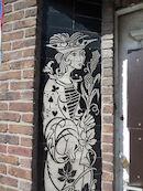 Keramiek aan ingang van voormalig café