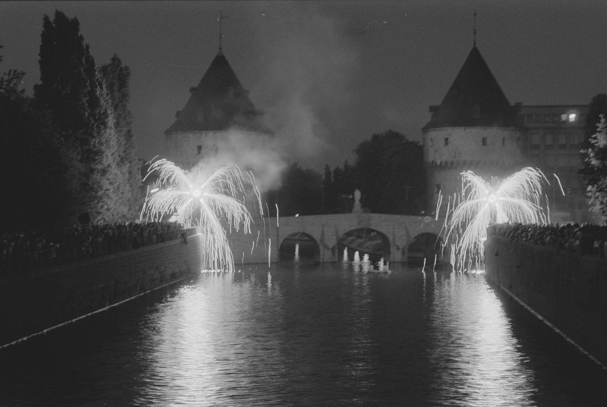 Vuurwerk aan de Broeltorens tijdens de 11 juliviering 1982