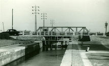 Sluis Nr. 5 en bruggen over kanaal Bossuit-Kortrijk in Moen 1950