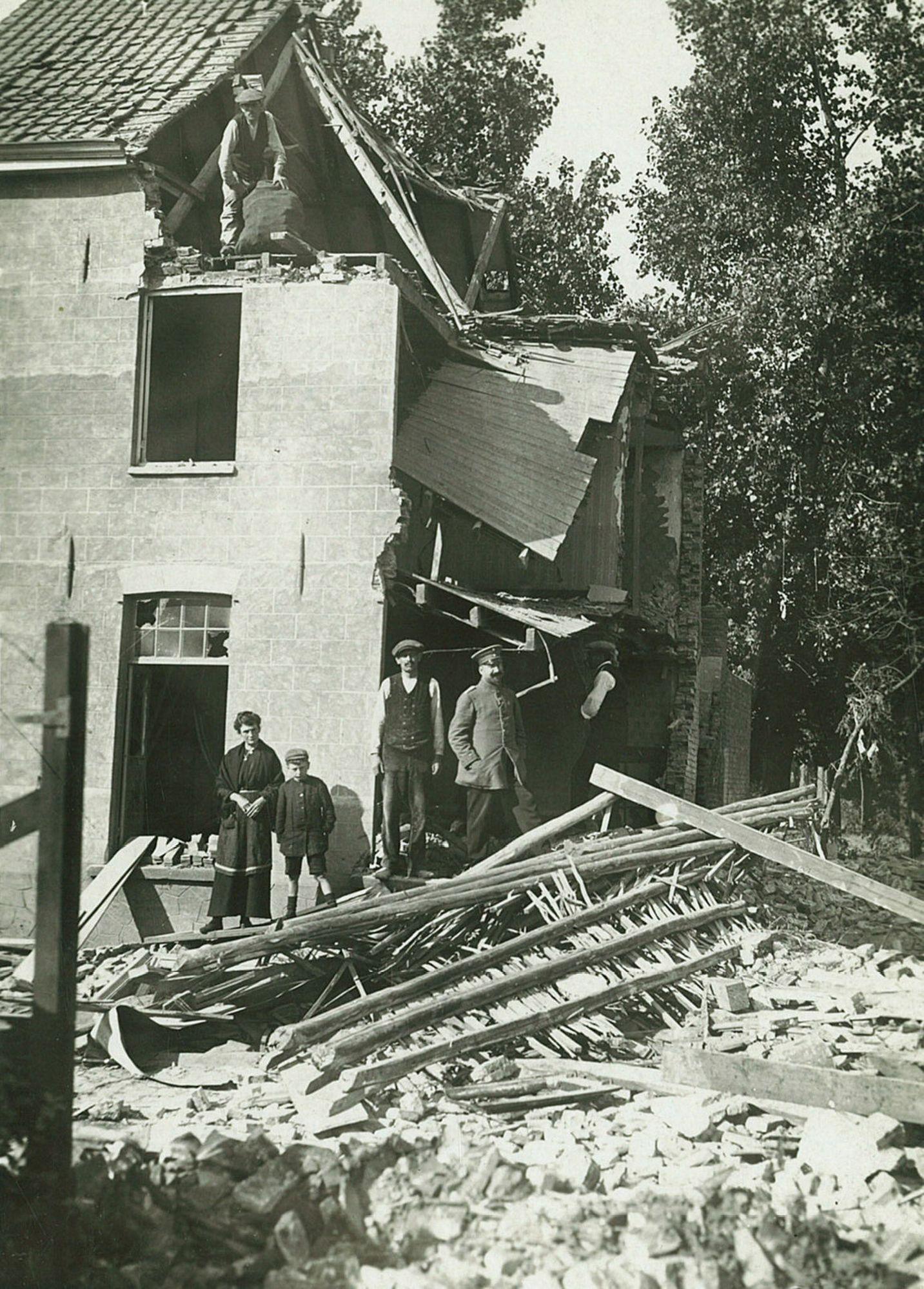 Albums Ghyoot 4_068 Meensesteenweg bij tramdepot bombardement WO I