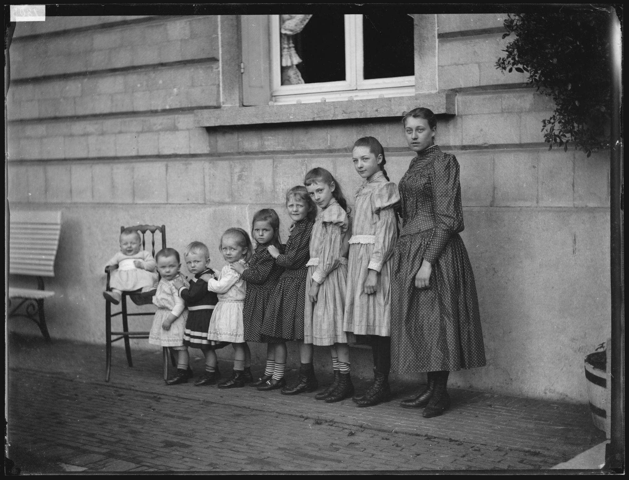 Portret van groep kinderen voor Kasteel Van Volsem in Halle