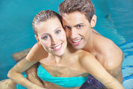 Koppel in zwembad