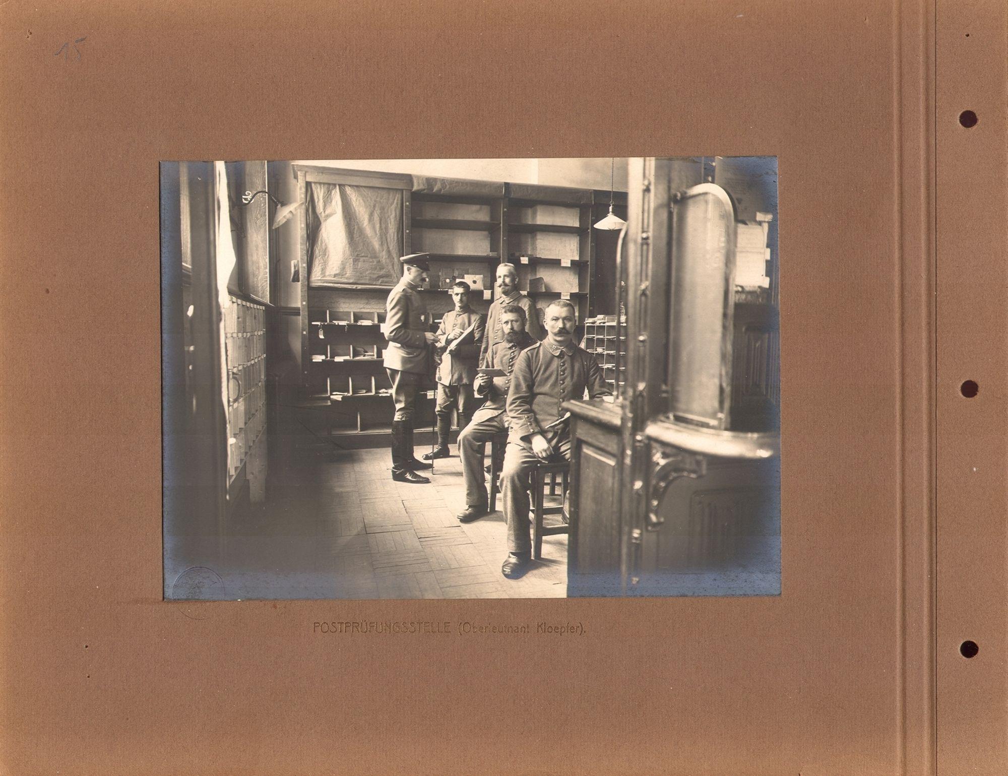 De postsorteringsafdeling van de Duitse bezetter in Kortrijk tijdens de Eerste Wereldoorlog. Links op de foto Oberstleutnant Klöpfer