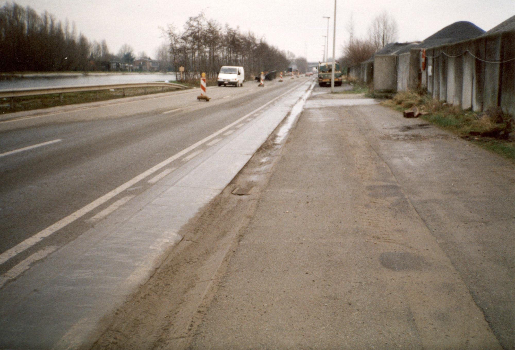 Loskaaien in de Kanaalstraat langs het kanaal Bossuit-Kortrijk in Harelbeke 2000