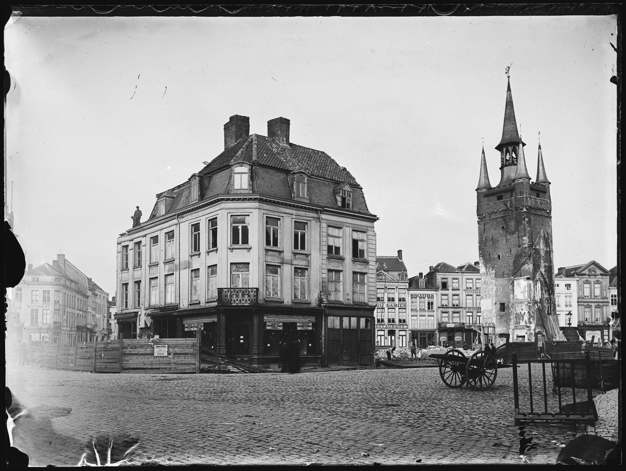 Afbraakwerken op de Grote Markt in 1899