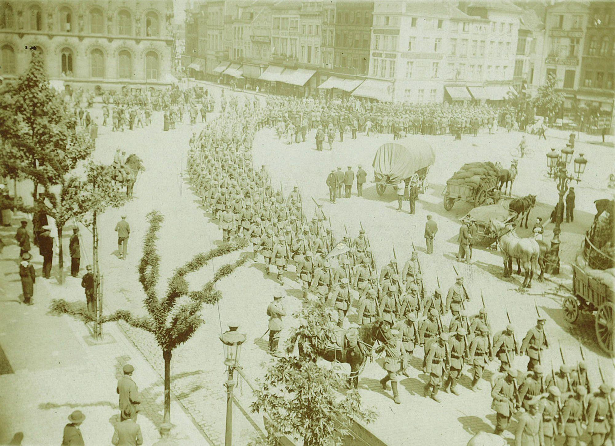 Grote Markt met Duitse troepen en wagens
