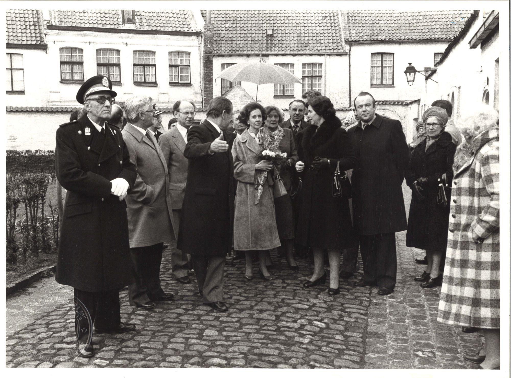 Koningin Fabiola op bezoek in het begijnhof van Kortrijk 1980