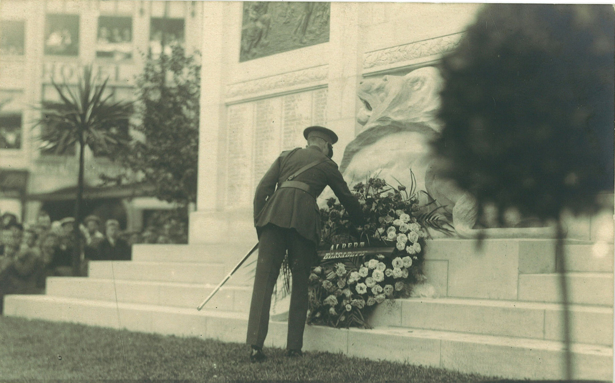 Kransneerlegging bij oorlogsmonument 1914-1918 door prins Leopold op 15 juli 1923