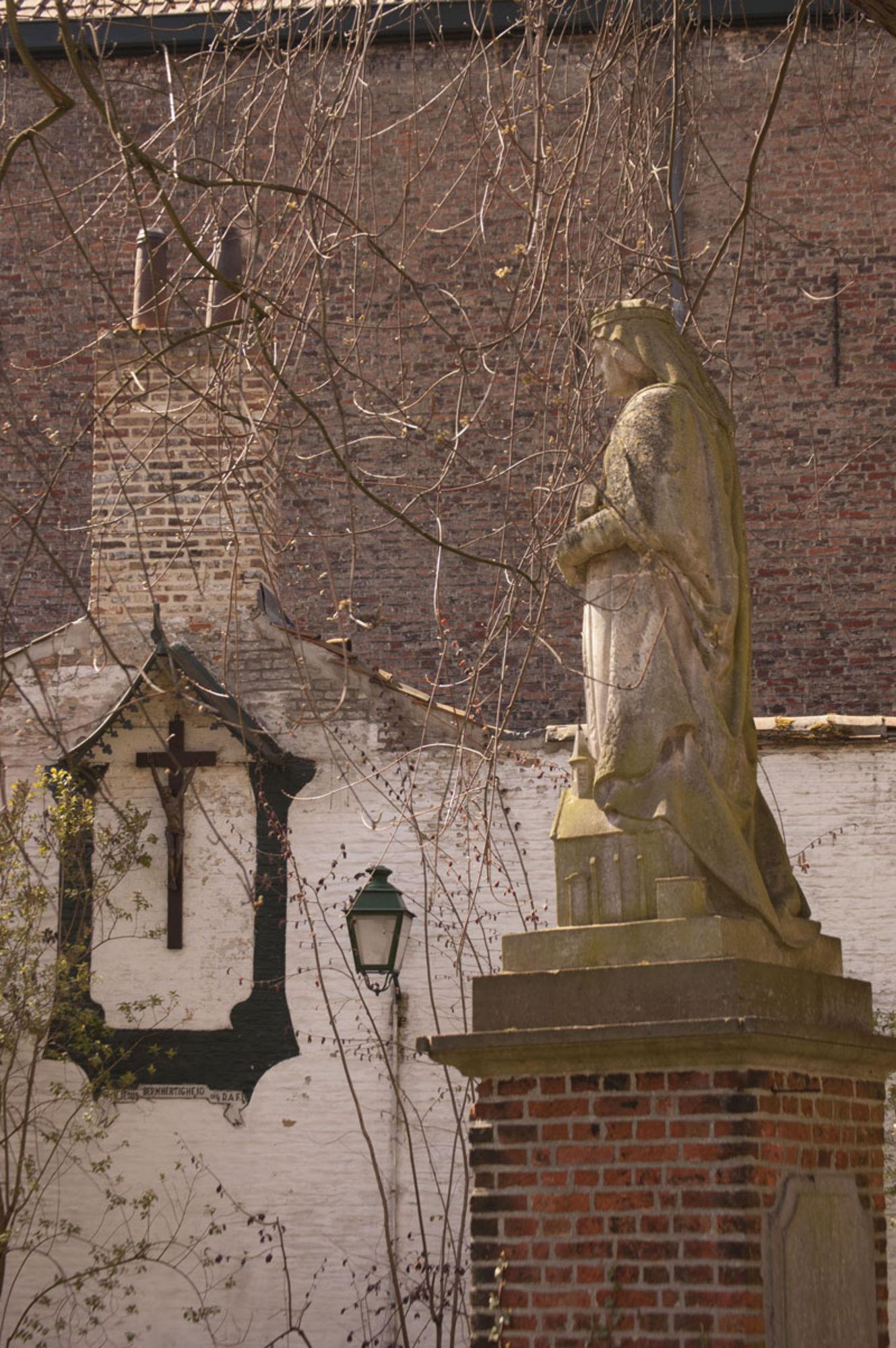 Beeld van Johanna van Constantinopel in het Begijnhof te Kortrijk