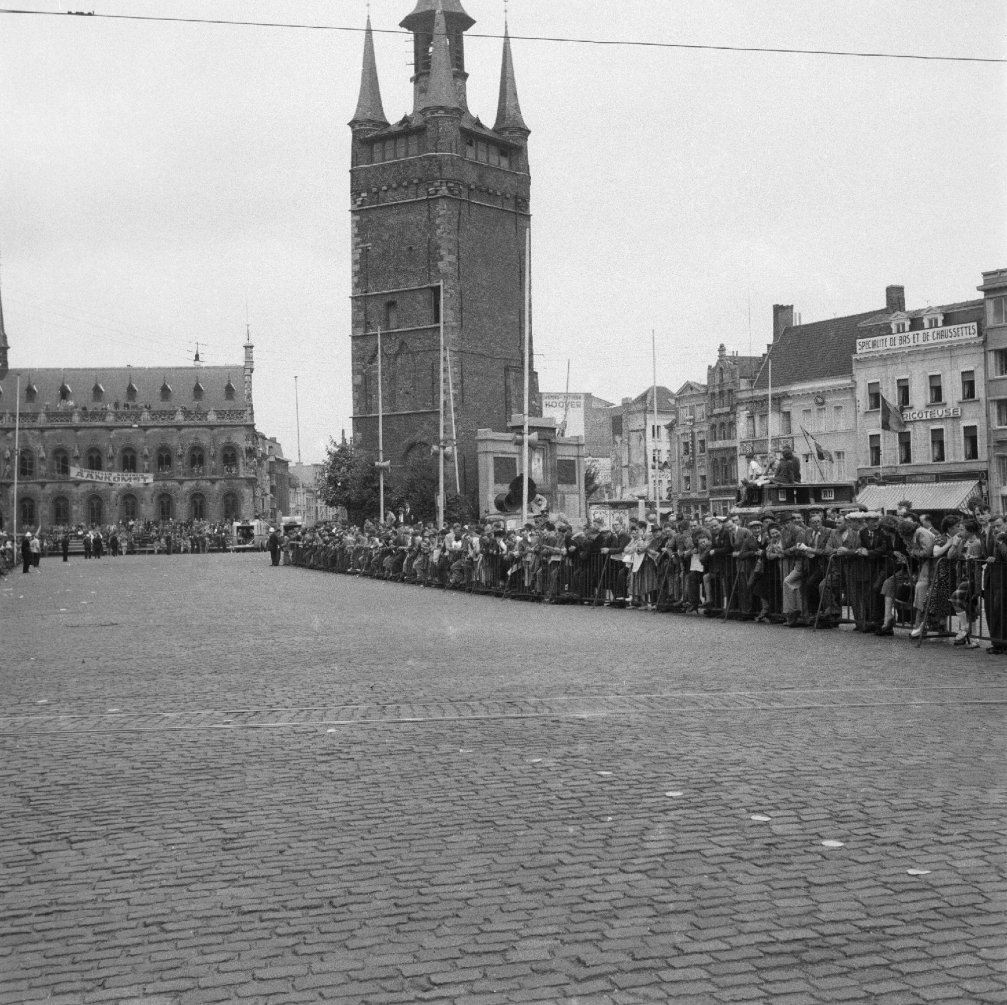 Wielerwedstrijd op de Grote Markt  ca 1950