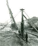 Bouw van nieuwe kaaimuren aan de Spinnerijkaai langs het Kanaal Bossuit- Kortrijk 1957