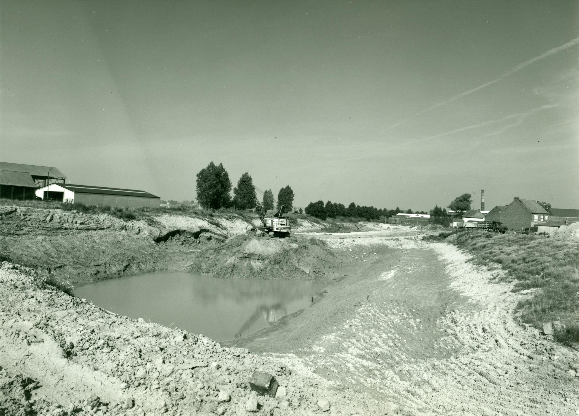 Nieuwe brug over het kanaal Bossuit-Kortrijk in de Verzetslaan te Moen 1979