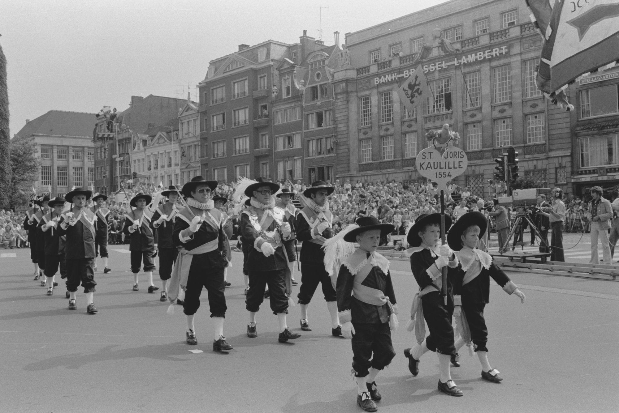 Historische stoeten tijdens de 11 juliviering 1982