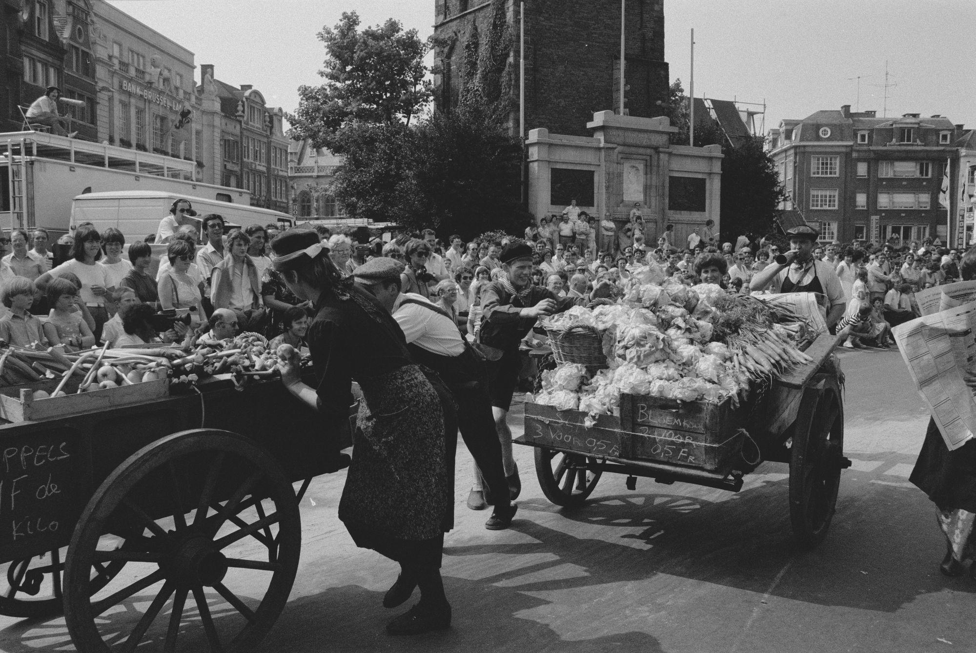 Optocht tijdens de 11 juliviering 1982, groenten-en fruitkarren