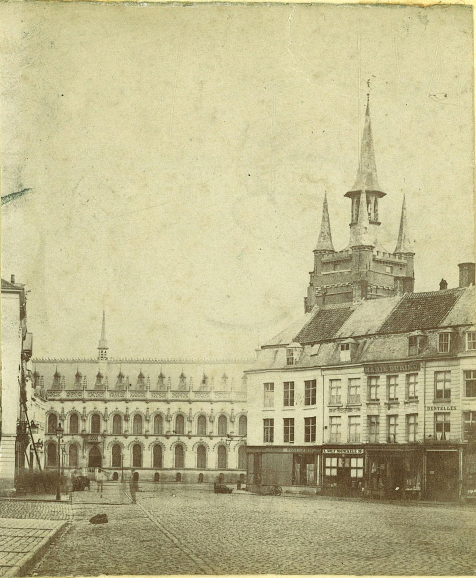 De Grote Markt met Stadhuis en Belfort met aanpalende woningen
