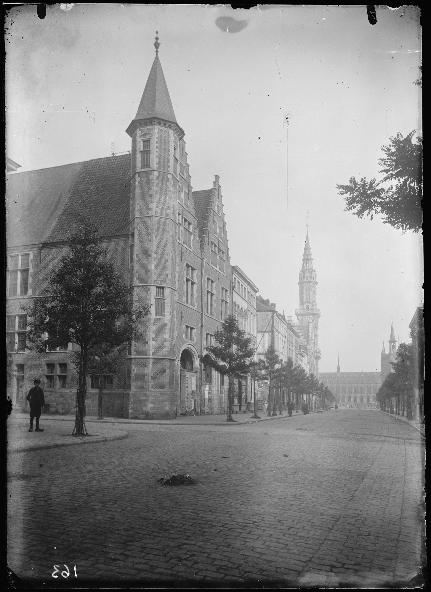 Doorniksestraat met de Grote Hallen