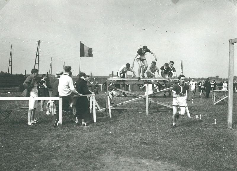 Sportmeeting achteraan Passionistenkerk ca 1925