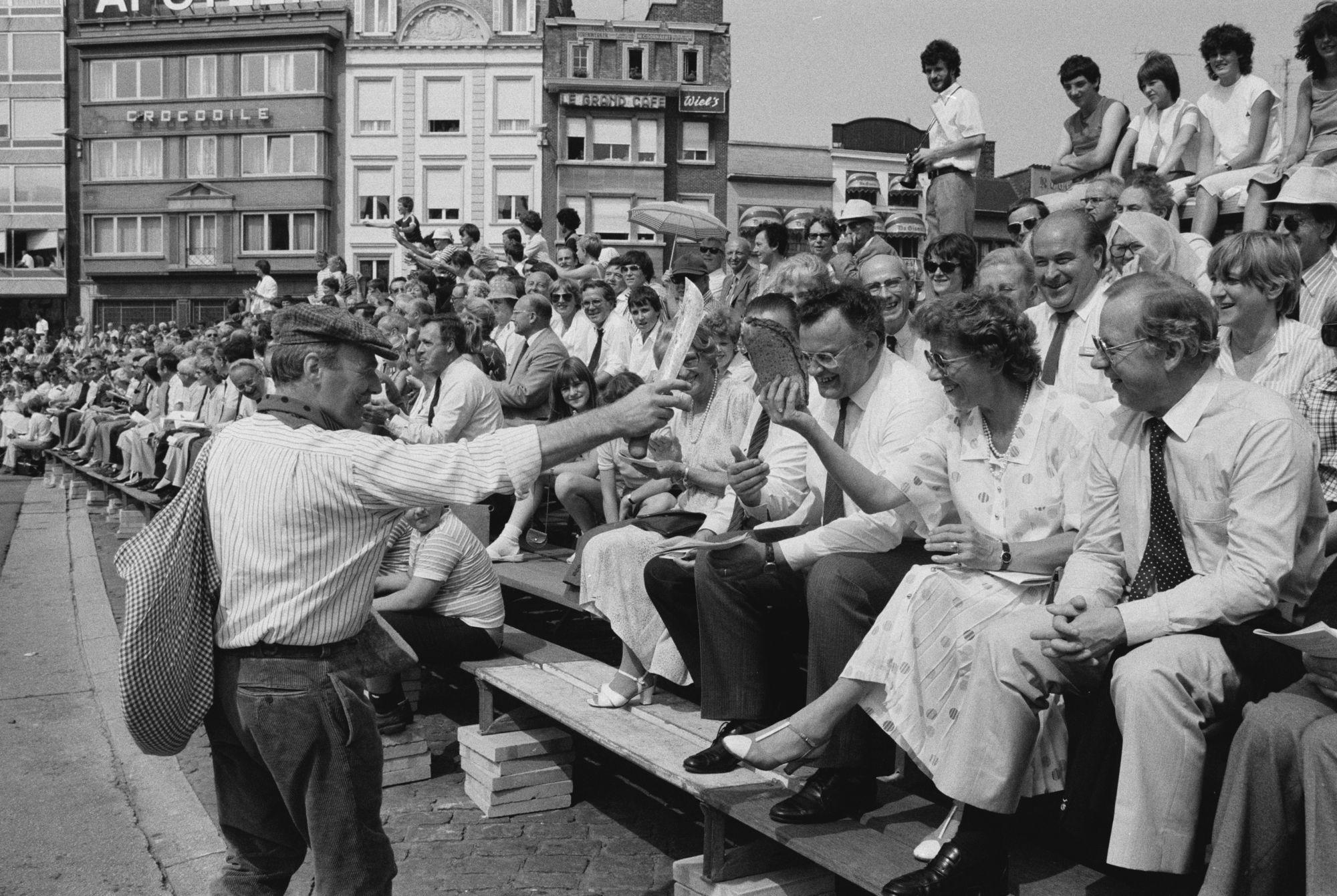 Toeschouwers tijdens de historische optocht op de 11 juliviering 1982