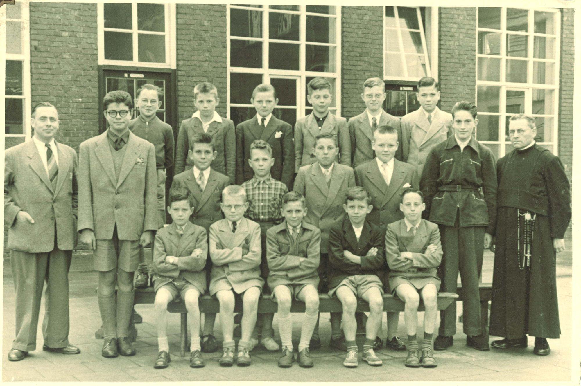 Klasfoto 6e leerjaar 1954 in de Broederschool Overleie