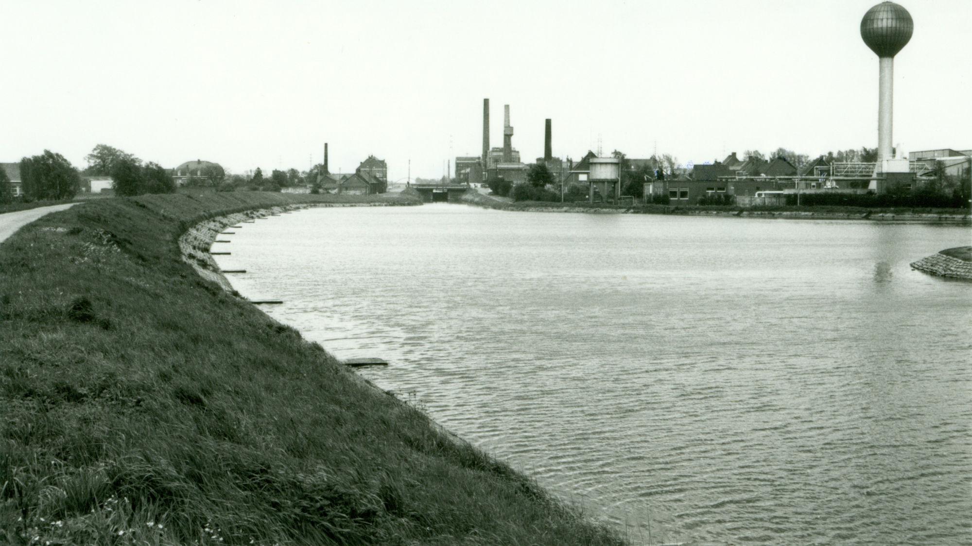 Zwaaikom en sluis Nr. 6 op het Kanaal Bossuit-Kortrijk te Zwevegem 1981