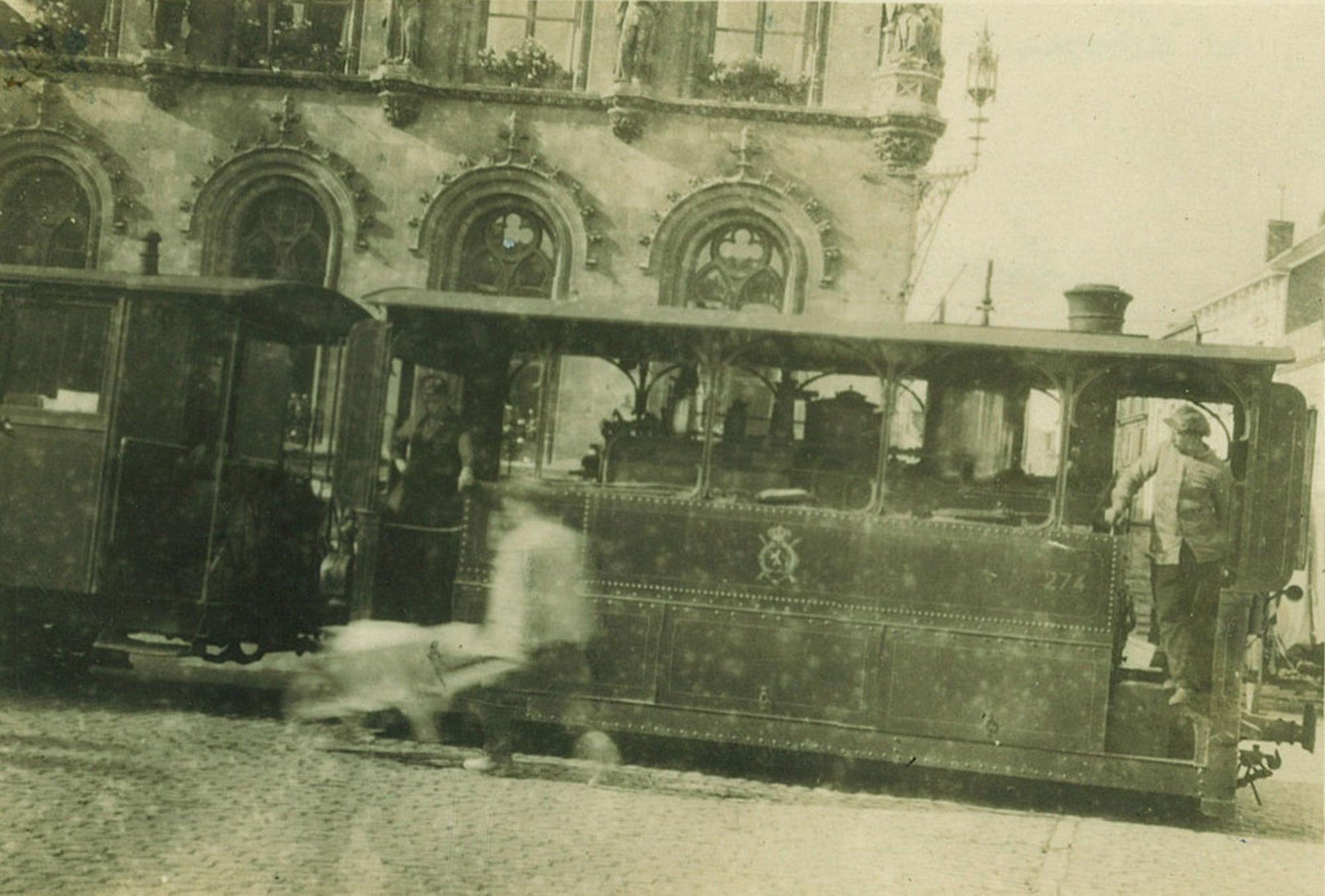 Stoomtram voor het Stadhuis in 1914.