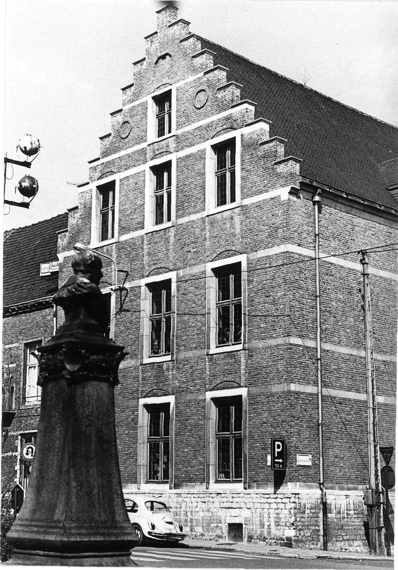 Standbeeld van Guido Gezelle, Berg van Barmhartigheid in de Onze-Lieve-Vrouwestraat, Stadsbibliotheek 1975
