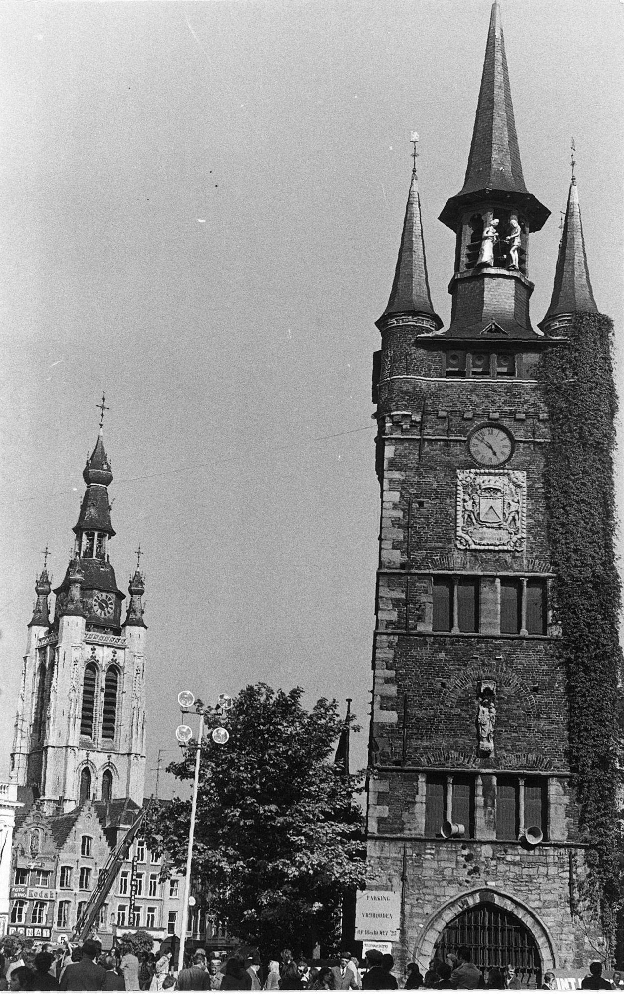 De Grote Markt met Belfort en de Sint-Maartenskerk 1975