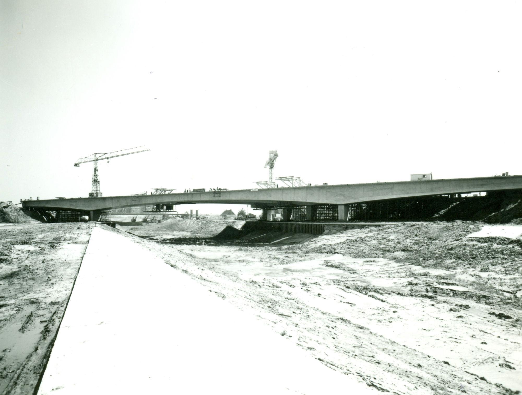 Bouw brug van de snelweg E17 over het kanaal Bossuit-Kortrijk te Harelbeke 1971