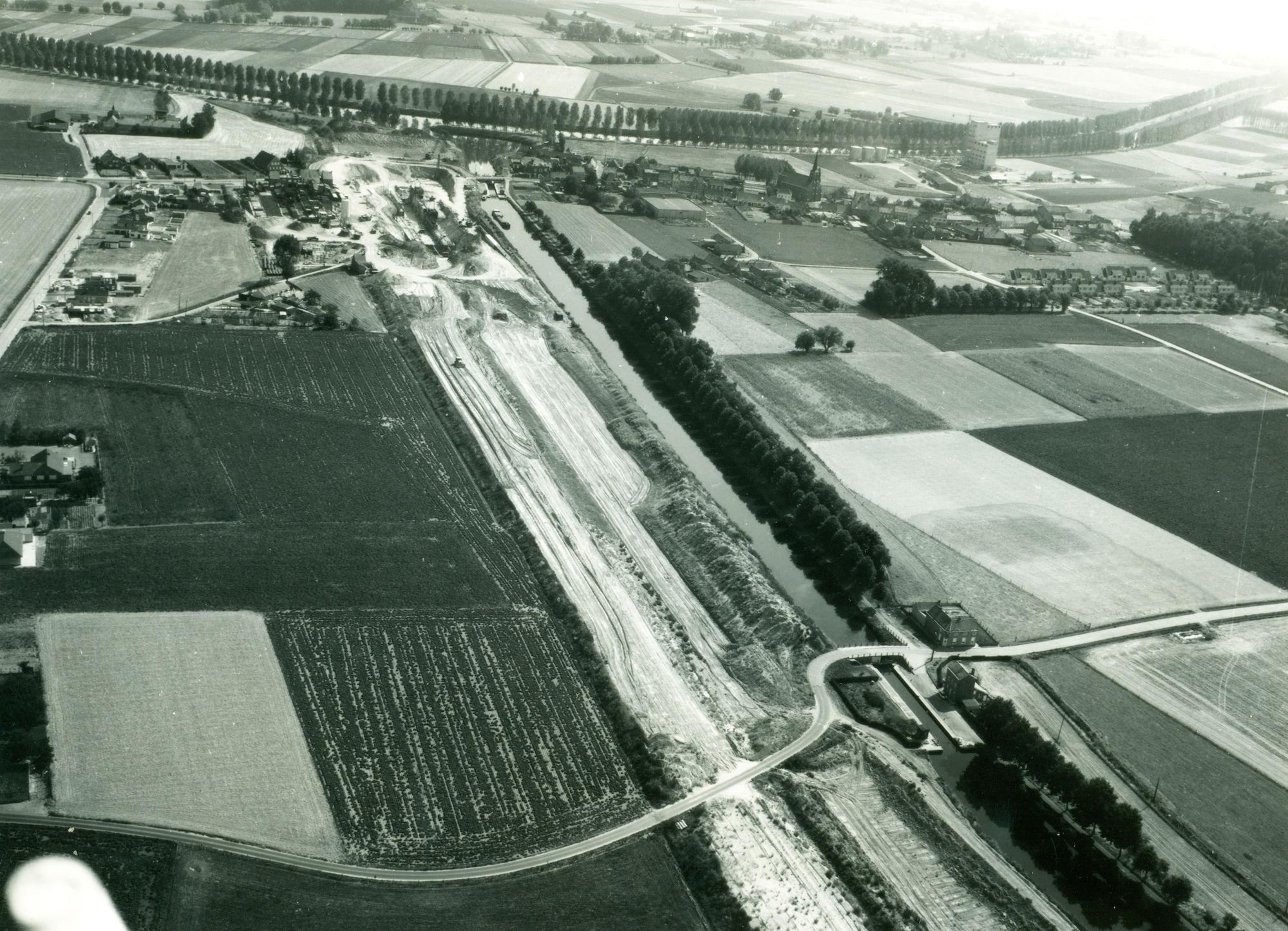 Graafwerken voorbij de nieuwe sluis op het kanaal Bossuit-Kortrijk in Bossuit 1976
