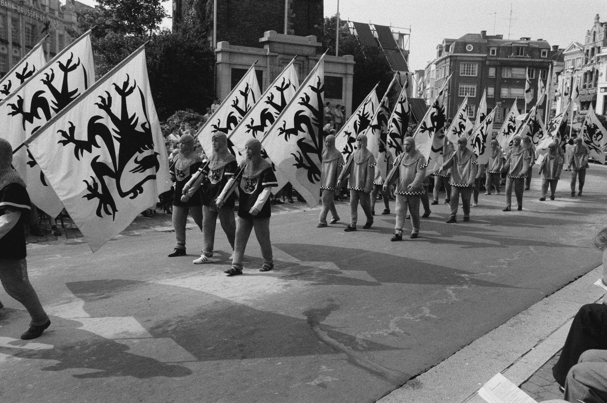 Optocht tijdens de11 juliviering 1982, vlaggen