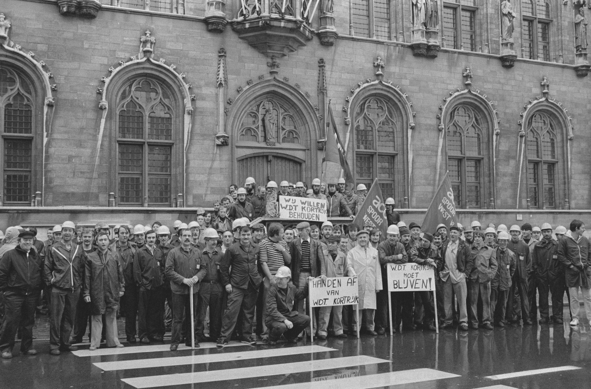Betogend spoorwegpersoneel voor het stadhuis van Kortrijk