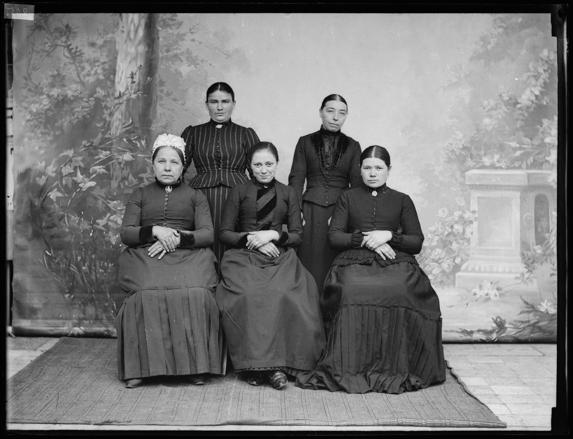 Portret van 5 vrouwen