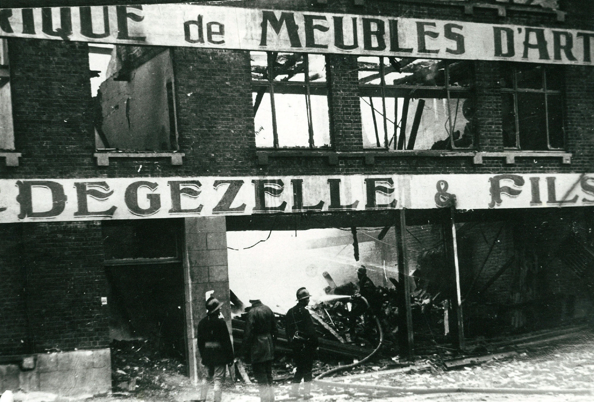 Brand meubelzaak Degezelle in 1930
