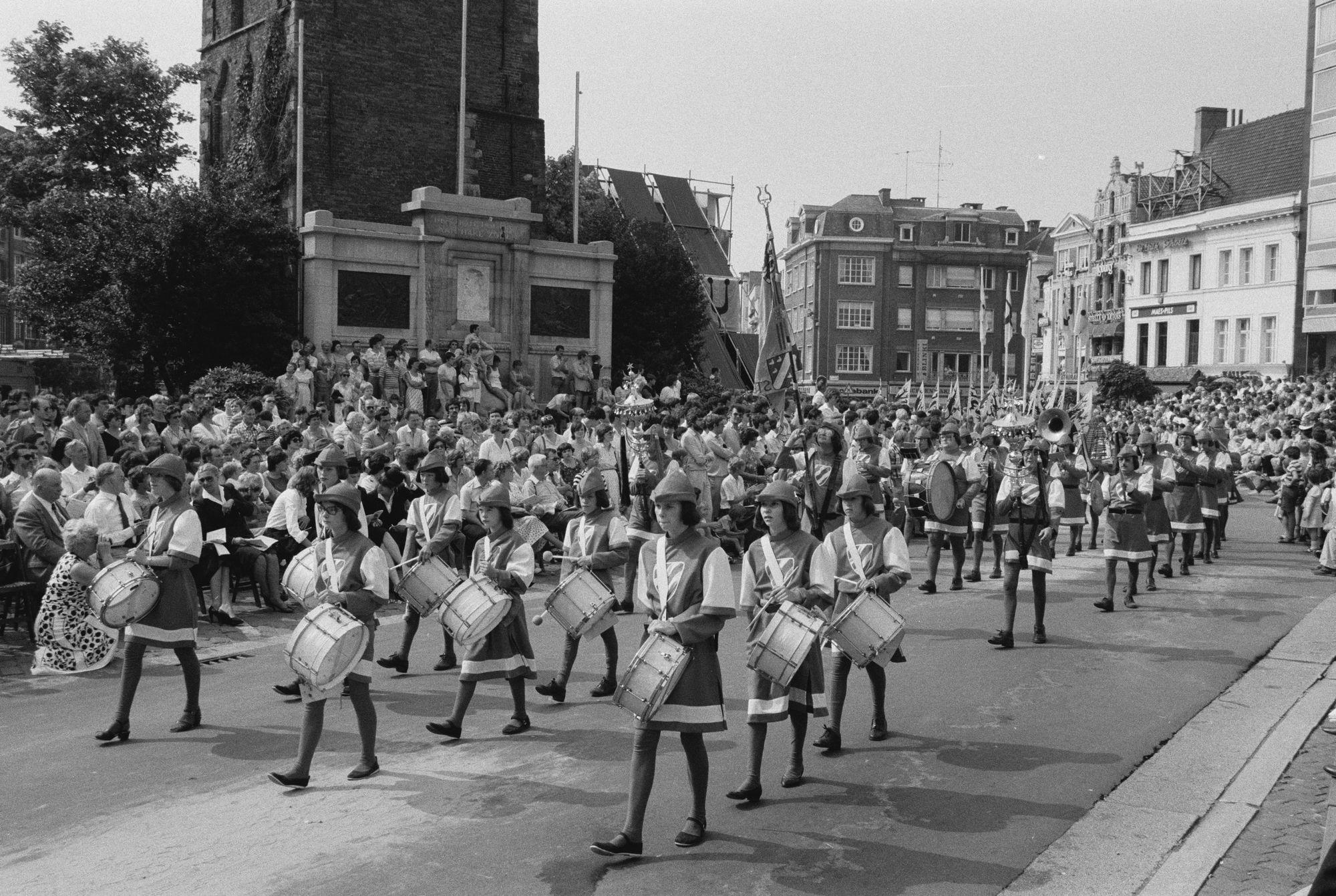 Fanfare of harmonie tijdens de 11 juliviering 1982