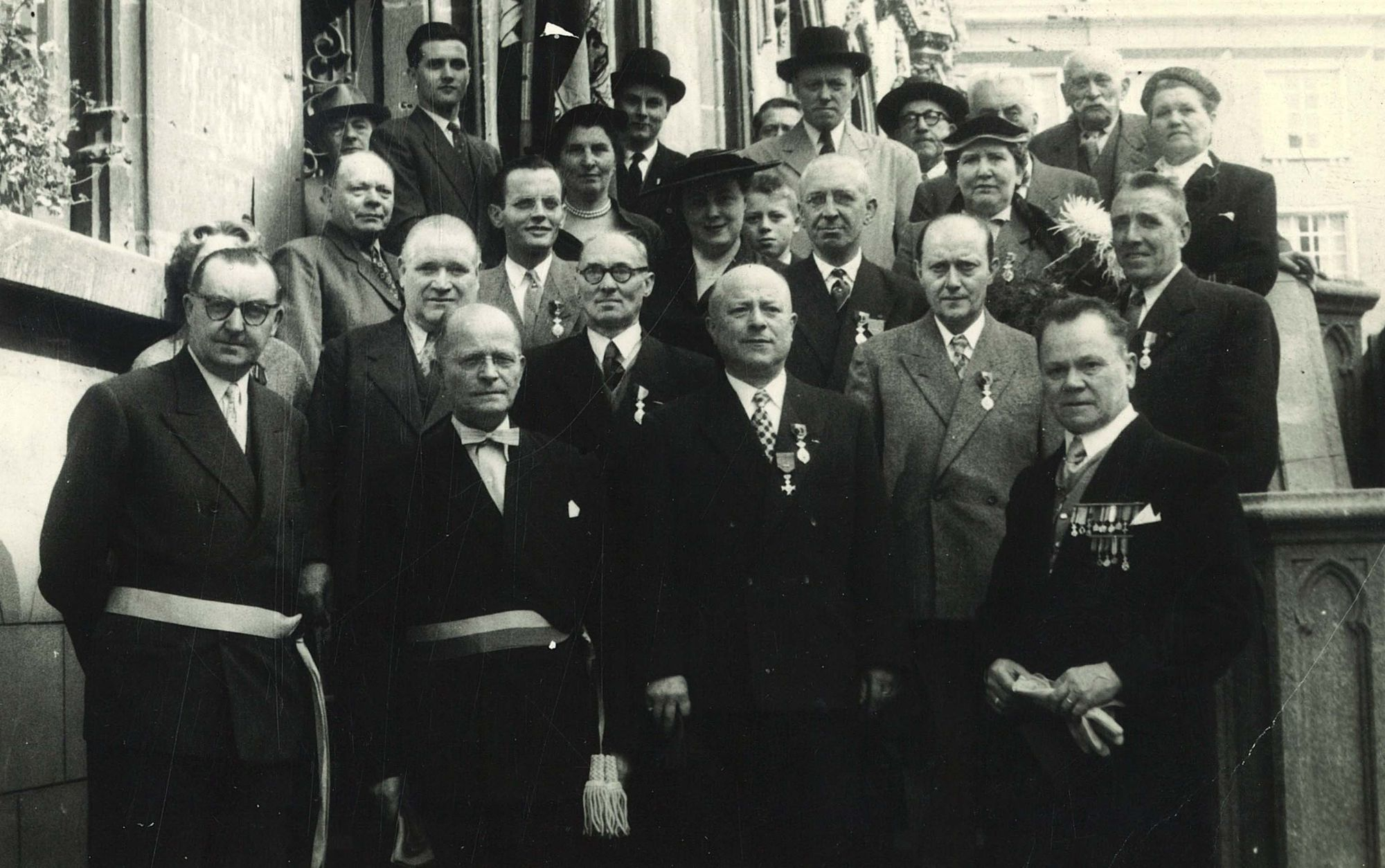 Groepsfoto met Jules Coussens voor het stadhuis