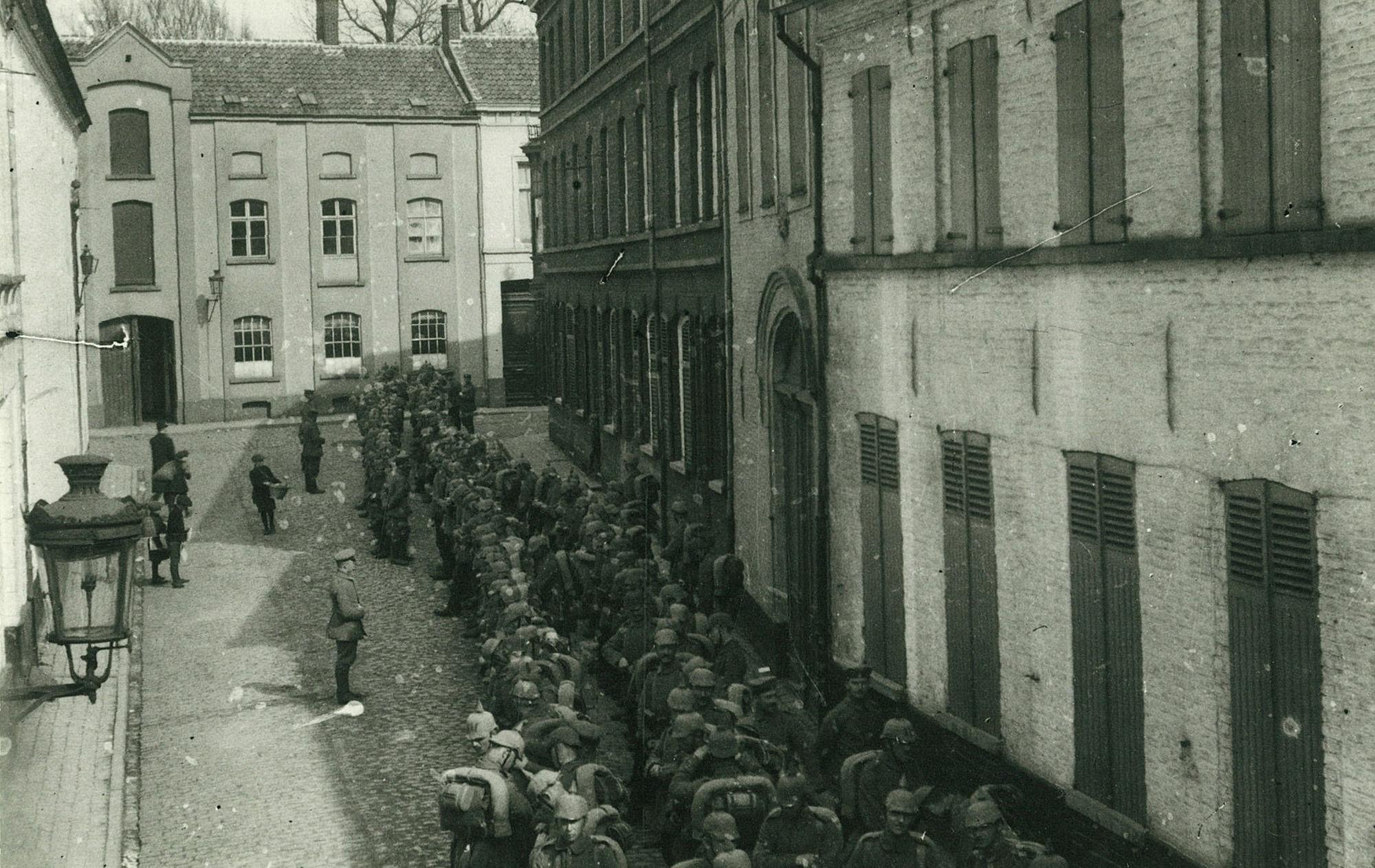 Duitse troepen in de Handboogstraat in 1915